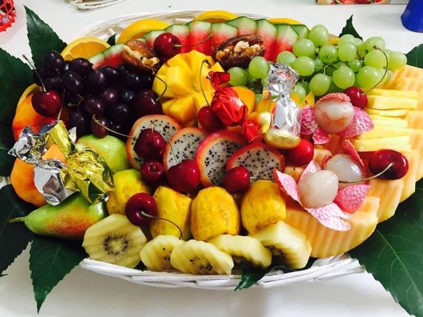 Как из обычных предметов и продуктов оформить праздничный стол?