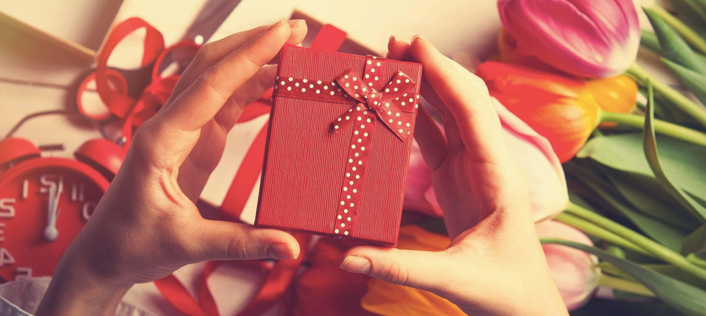 Что подарить девушке на 18 лет: шпаргалка для родителей, друзей и любимого