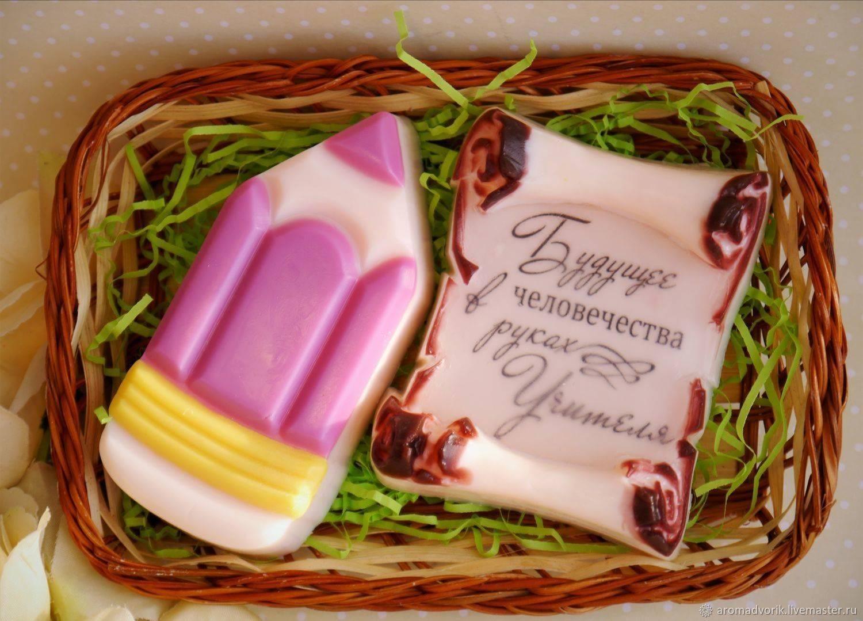 Что подарить учителю или воспитателю к празднику: День учителя, 8 Марта, выпускной?