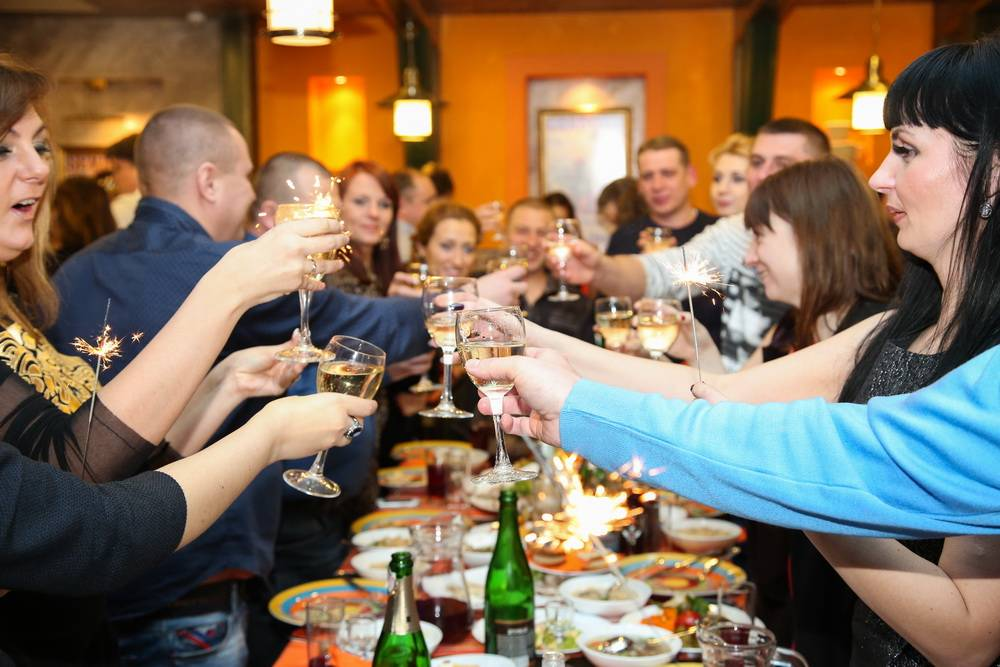 Какой сценарий корпоратива на Новый год  предпочесть? Выбор игр и конкурсов в зависимости от места
