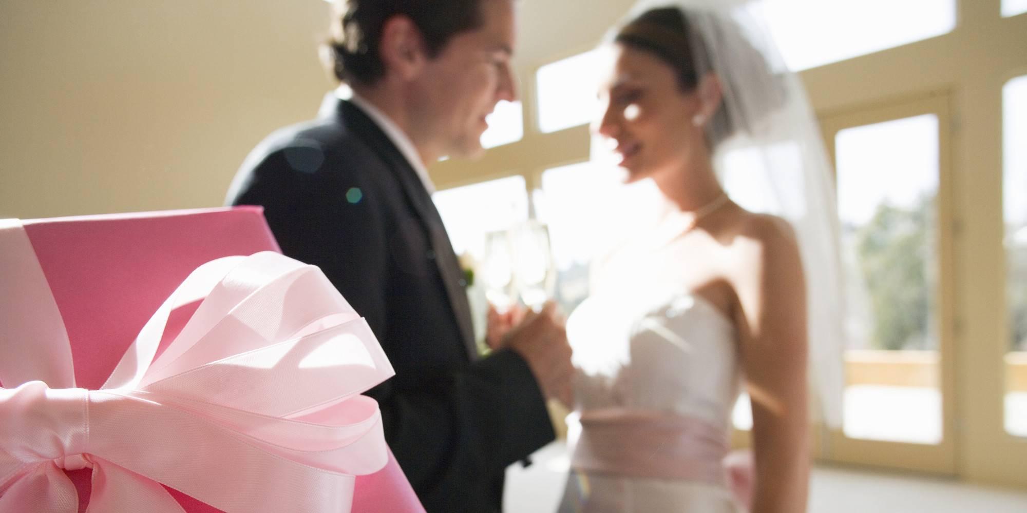 Подарок жениху от невесты — традиционная романтика или приятная неожиданность?