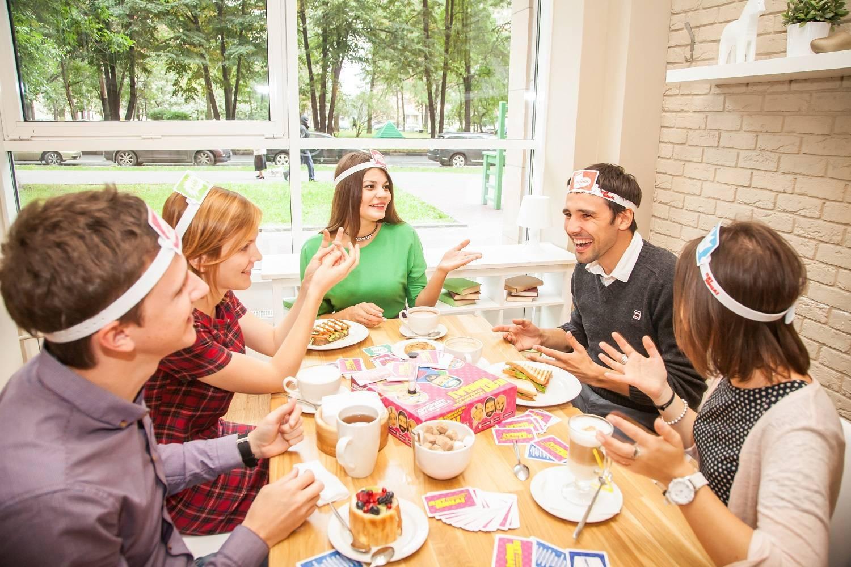 Как застольные игры знакомят гостей?