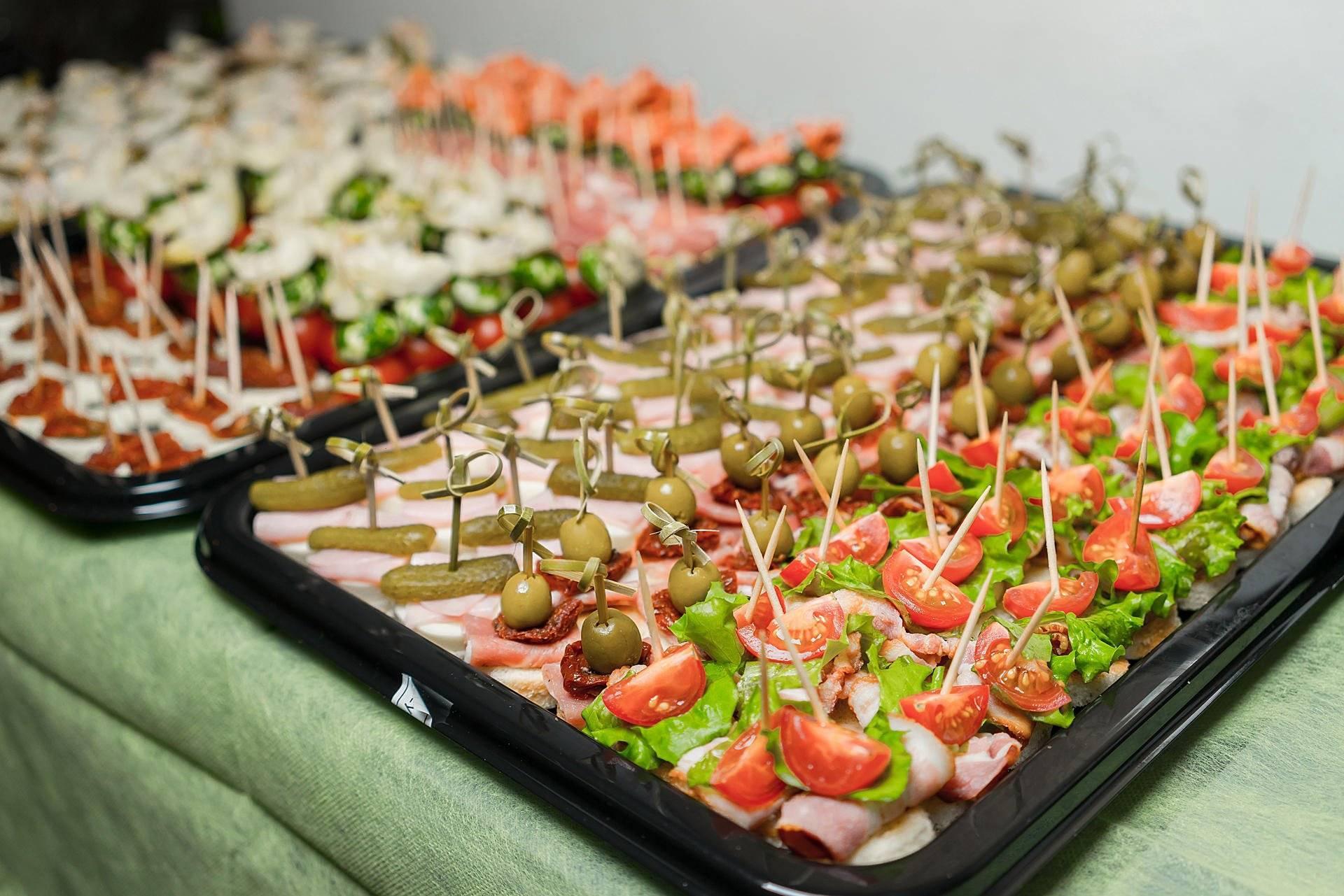 Чем угостить коллег на работе: бюджетные рецепты угощений и организация