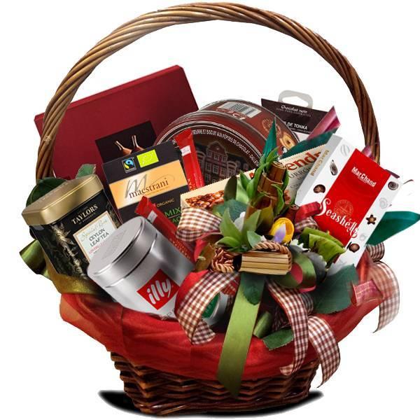 Корзина с подарками — универсальный вариант