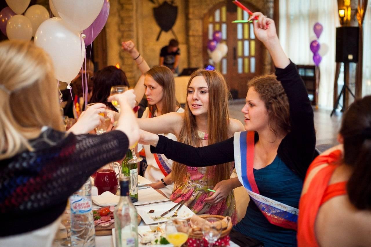 Игры за столом для школьных праздников и выпускных вечеров