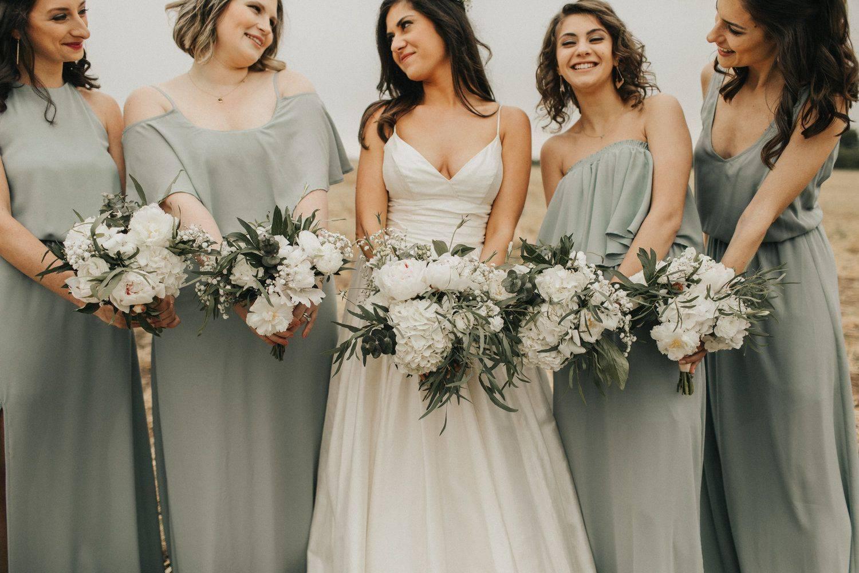 Вечернее платье на свадьбу: правила выбора
