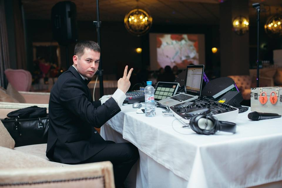 Диджей на свадьбе — повелитель музыки