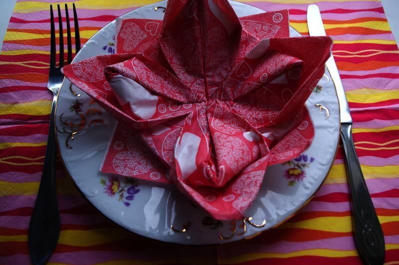 Как красиво сложить салфетки на праздничный стол — 12 необычных способов, которые сможет осилить каждый