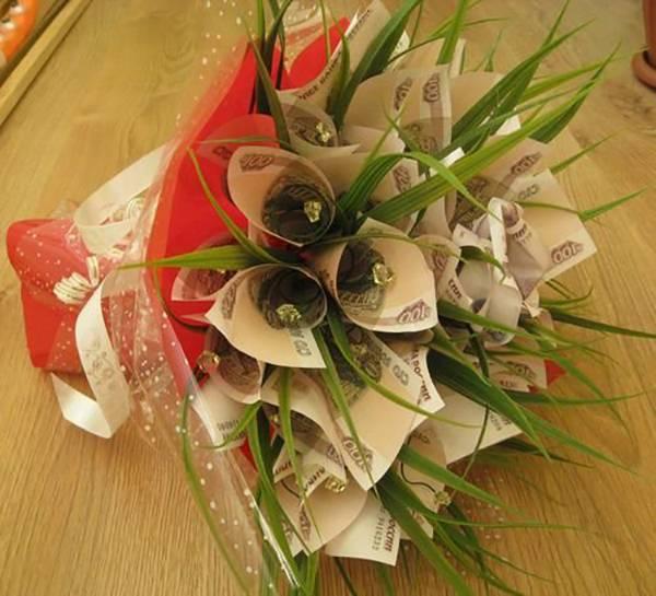 Как сделать сладкий подарок своими руками, или Мастер класс: букет из конфет