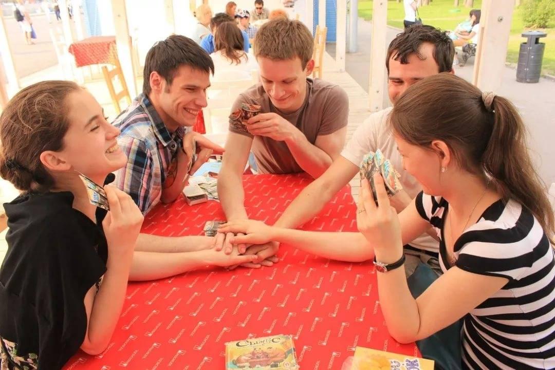 Поиграйте с гостями в застольные игры