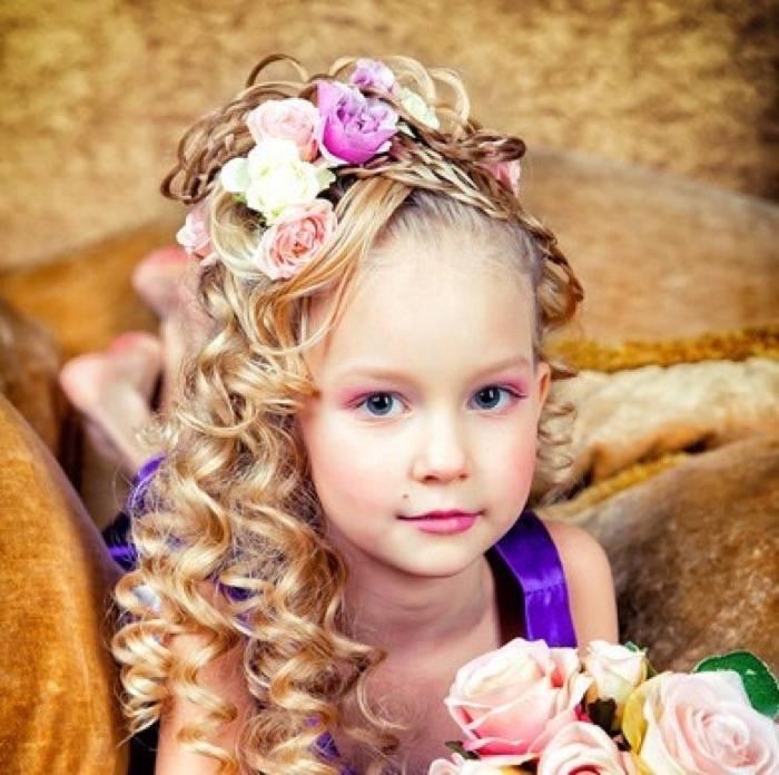Маленькая леди собирается на праздник: прическа для девочки на длинные волосы