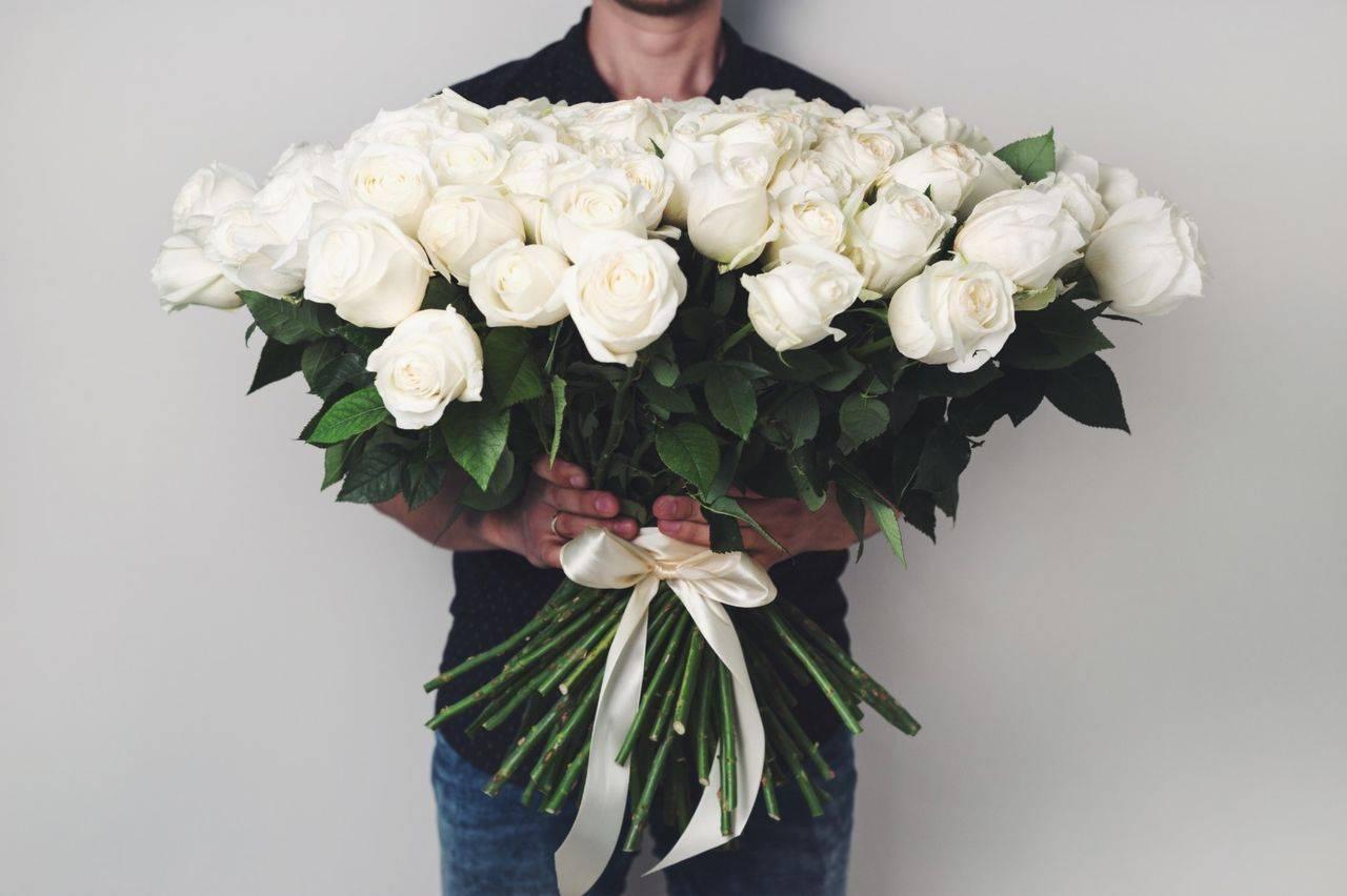 Секреты цветочных букетов, или К чему дарят белые розы?