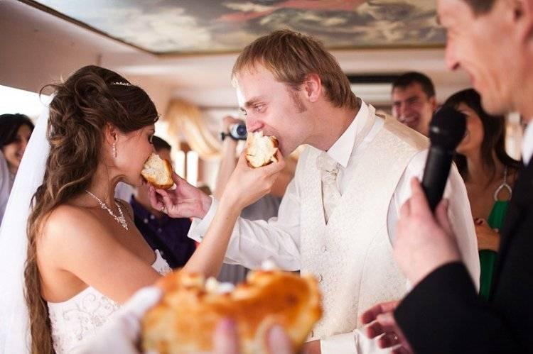 Классическая встреча жениха и невесты с караваем