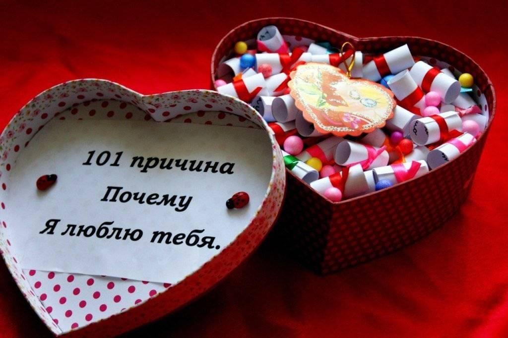 Юность и романтика: что подарить девушке на год отношений