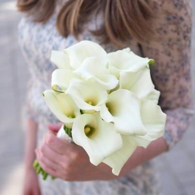 Букет из калл: эффектное дополнение свадебного наряда