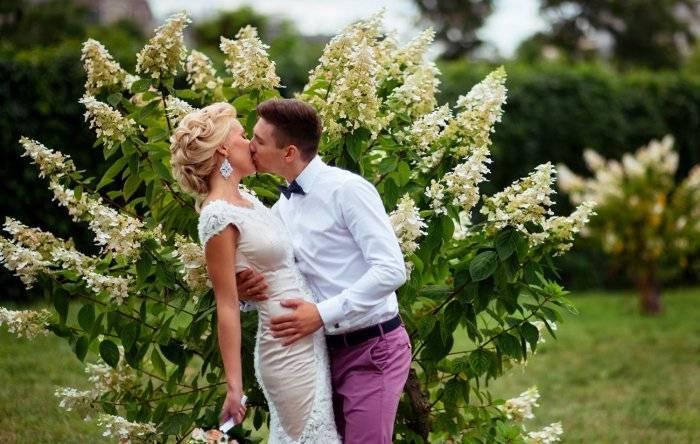 Один раз в год сады цветут — и это отличный повод сыграть свадьбу в мае!