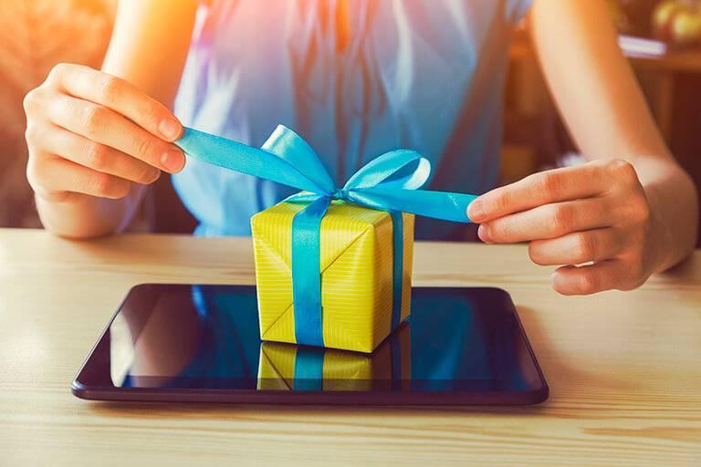 Поздравляем юную даму с первым «взрослым» юбилеем, или Что подарить на 25 лет девушке?